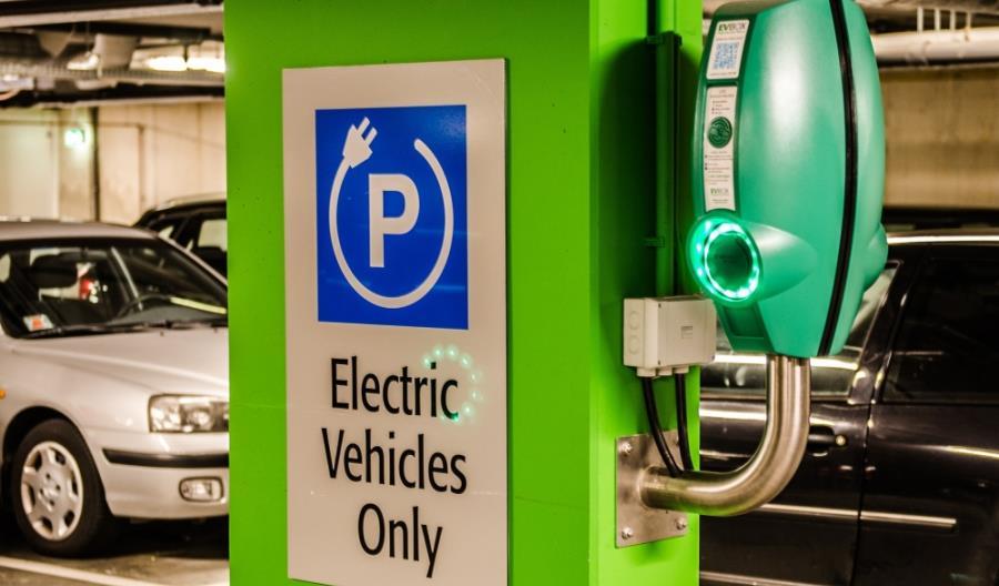"""Polscy przedsiębiorcy """"uczą się"""" samochodów elektrycznych"""