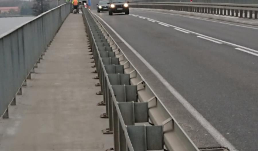 Po moście w Wierzbicy całym pasem ruchu
