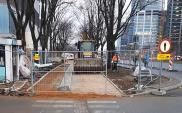Warszawa: Wąski chodnik na Towarowej przy biurowcu. Pytania o standardy