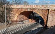 Warszawa. Remont ceglanego zjazdu z mostu Poniatowskiego na finiszu
