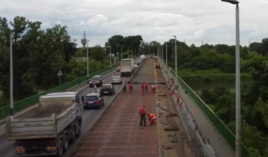 Kraków. Pijany kierowca utknął na świeżym betonie