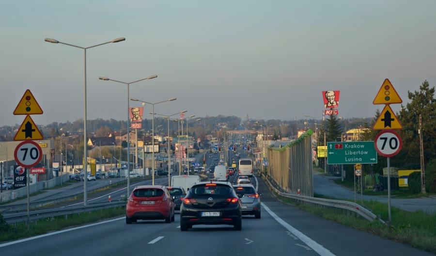 Trend utrzymany – więcej ciężarówek, mniej aut osobowych