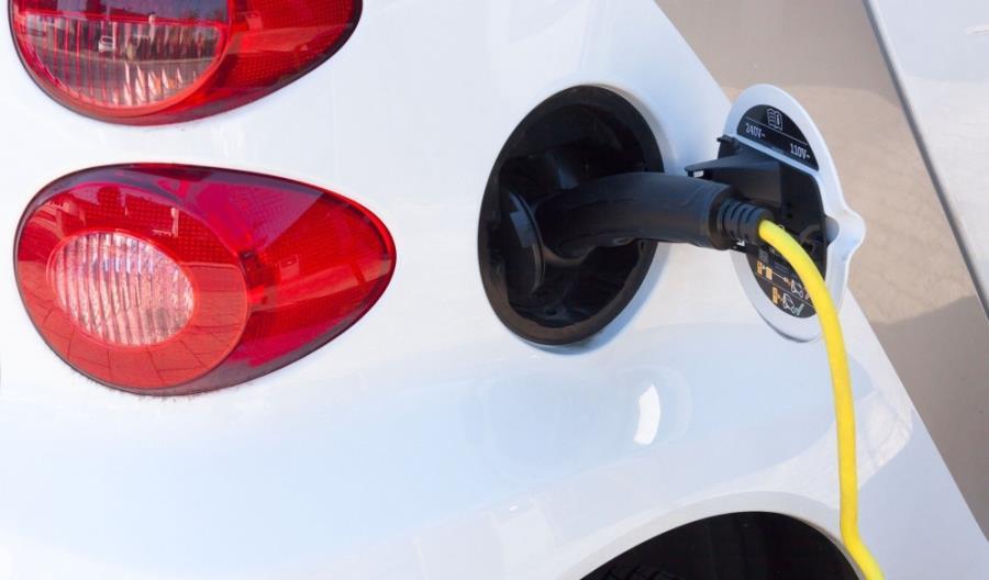 Co piąta firma zamierza wprowadzić do swojej floty samochody elektryczne. Jak to się opłaca?