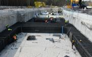 Postępuje budowa komory startowej do drążenia tunelu pod Świną