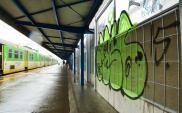 Kapiąca woda i graffiti szpecą Warszawę Ursus. Co na to PKP PLK?