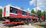 Transport: Wagony metra jadą do remontu... na lawetach