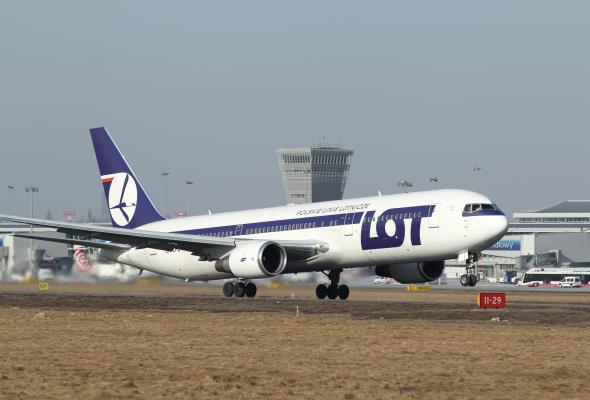 Rozwój sektora lotniczego odbywa się dzięki, czy mimo braku ingerencji administracji centralnej?