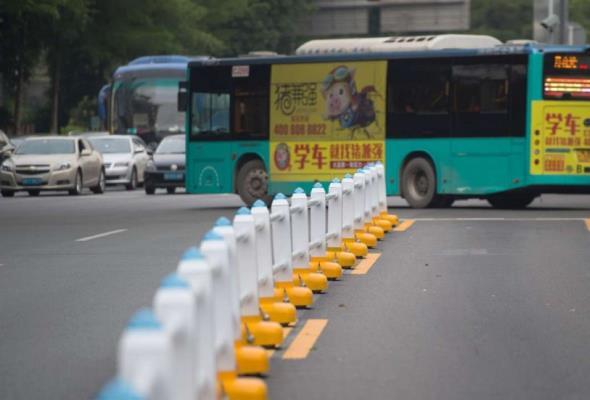 Chiński robot, który poszerzy zakorkowaną drogę o dodatkowe pasy