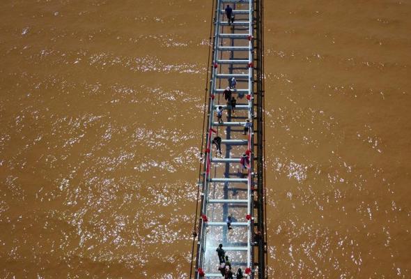 Chiny otwierają kolejną szklaną kładkę dla pieszych