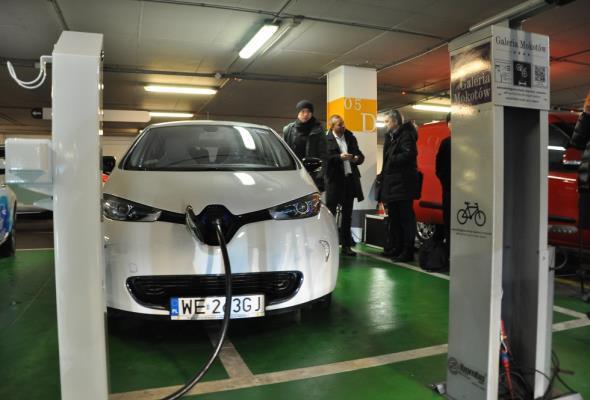Lotos wybuduje 12 stacji ładowania aut elektrycznych na A1 i A2