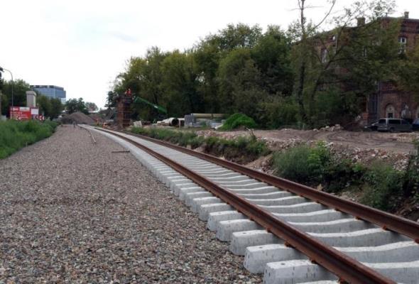 PLK przygotowuje wiadukt kolejowy na Obozowej do betonowania