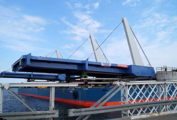 Montują przęsła mostu zwodzonego w Sobieszewie