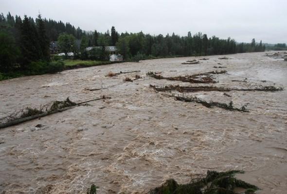 Ulewne deszcze i wezbrane wody zagrażają infrastrukturze drogowej na Podhalu