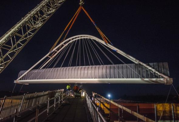 150-tonowa kładka nad A1 zamontowana