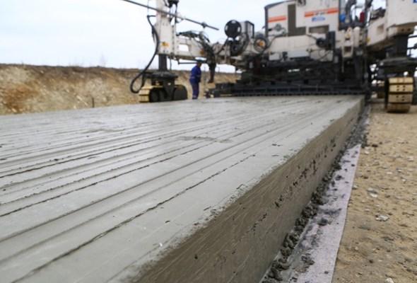 Układają beton. Pierwsza wojewódzka droga betonowa bliska finału