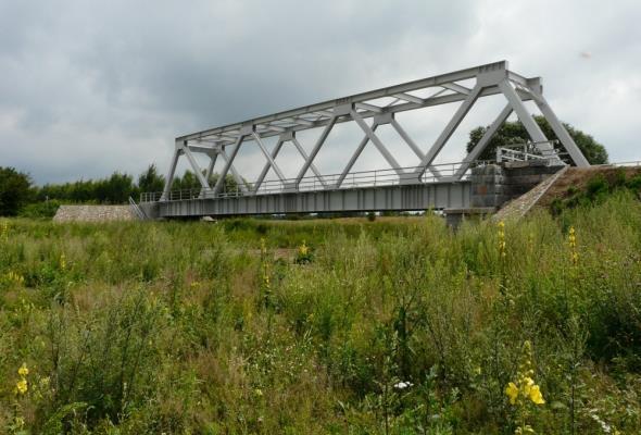 Kolej ponownie wykorzystuje przęsła zdemontowanych mostów i wiaduktów