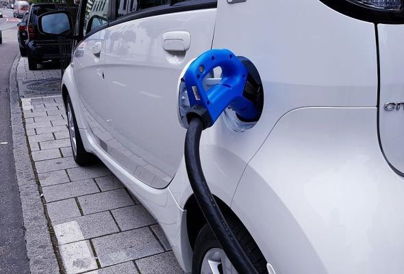 Liczba samochodów elektrycznych w ciągu roku niemal się podwoiła
