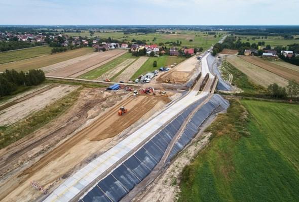 Wiadukt nad linią kolejową Dębica – Tarnobrzeg w 2020 roku. Trwa budowa