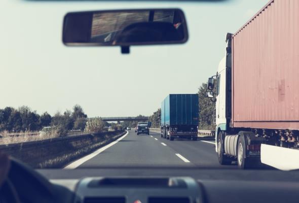 Międzynarodowi przewoźnicy drogowi: Jest trudno, ale rozumiemy sytuację. Na razie nie zamykamy firm