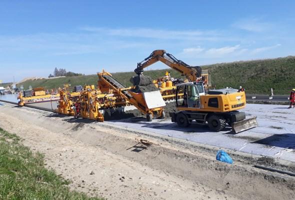 Na A1 Tuszyn − Piotrków Trybunalski rozpoczęło się układanie betonowej nawierzchni