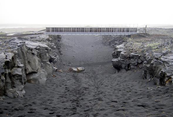 Most na Islandii, który łączy dwa kontynenty