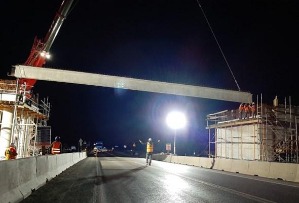 Wiadukt nad przyszłą S19 w Trojaczkowicach. Część belek ułożona