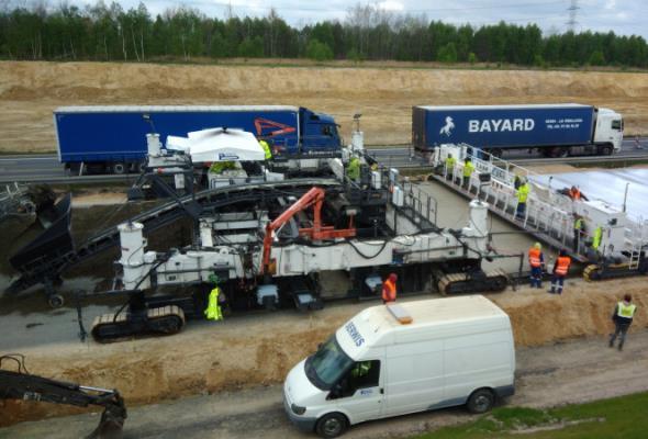 Układają beton na A1 między Radomskiem a granicą województw