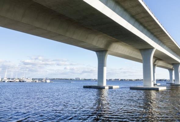 Floryda. Na moście Rossevelta pojawiła się szczelina. Obiekt grozi zawaleniem