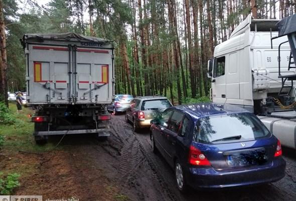 Remont przejazdów kolejowych na DK-42. Pojazdy utknęły na nieoficjalnym objeździe