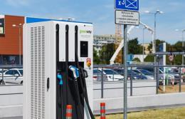 Elektromobilność. Coraz więcej ładowarek zasilanych odnawialnymi źródłami
