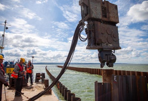 Przekop Mierzei: Powstaje sztuczna wyspa, postępują prace przy moście południowym
