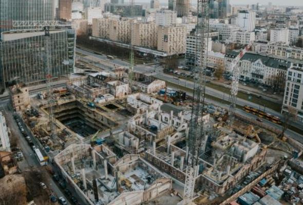Inwestycje typu mixed – use development poprawiają płynność ruchu w miastach – wizyta na budowie Fabryki Norblina