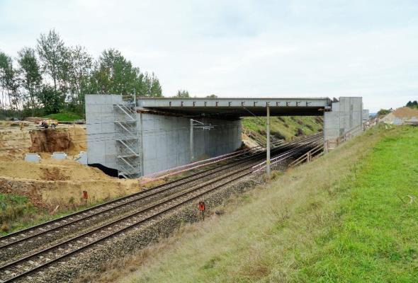 Rail Baltica – nad torami w Uhowie ułożona konstrukcja wiaduktu