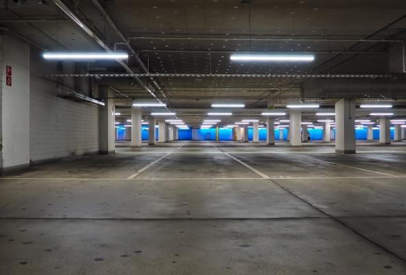 Zabezpieczenia przeciwpożarowe parkingów podziemnych i tuneli nie są gotowe na pojazdy elektryczne