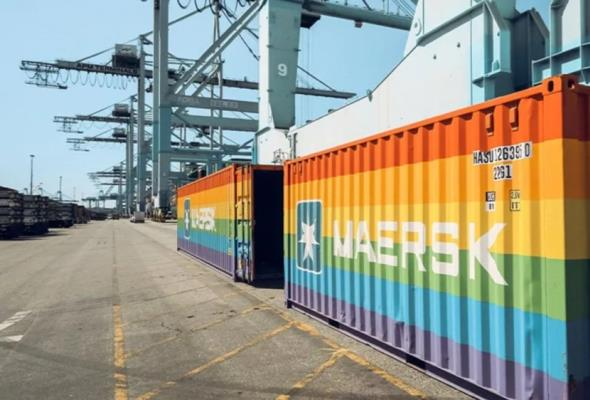 Maersk. Tęczowy kontener rusza w świat. Przypłynie także do Polski