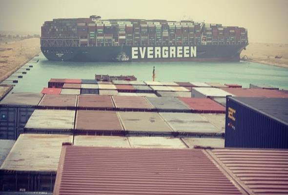 Kanał Sueski zablokowany przez duży kontenerowiec [Aktualizacja]