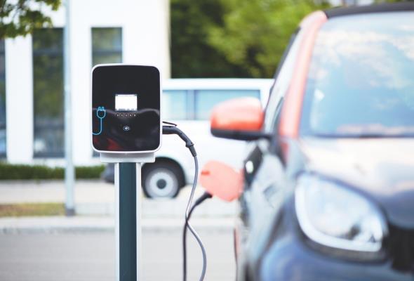 Taniej wynajmiemy auto elektryczne niż samochód spalinowy