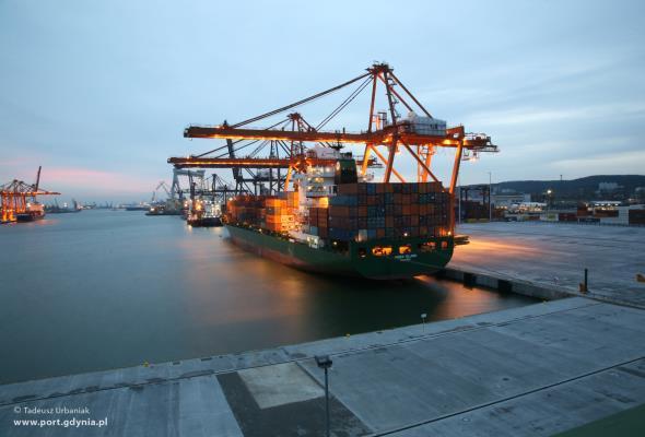 Gdynia: Port z niewielkim spadkiem przeładunków w 2015 roku