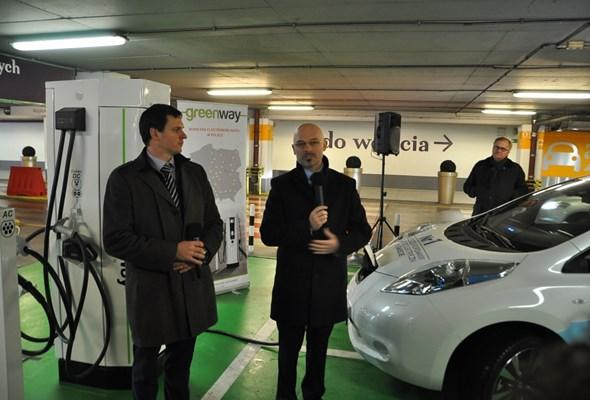 Warszawa: Działa już pierwsza stacja szybkiego ładowania pojazdów elektrycznych w Polsce