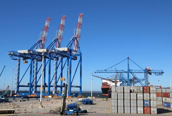 Trzy ogromne suwnice już stoją na nabrzeżu T2 w DCT. W Listopadzie pierwsze przeładunki