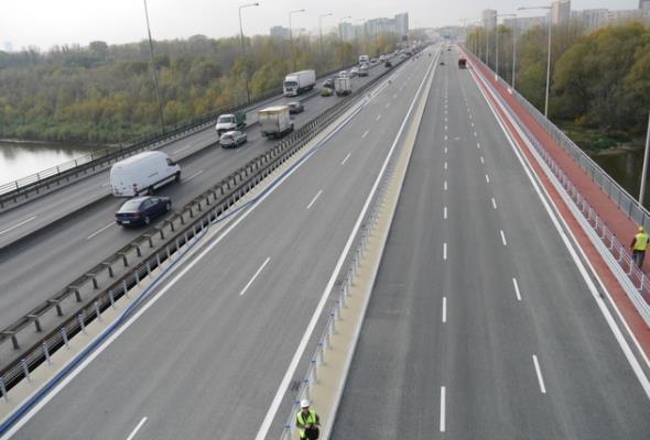 Most gen.Stefana-Roweckiego w Warszawie na półmetku