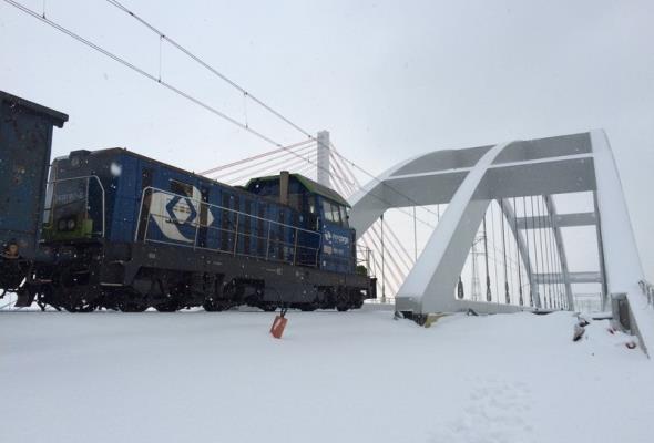 Pociągi jadą po nowym moście w Gdańsku