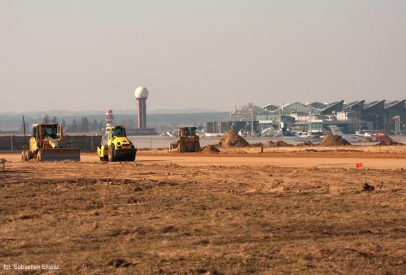 Port Lotniczy Gdańsk: Ciężkie maszyny budowlane na pasie startowym