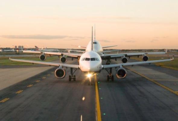 OECD o polskim transporcie lotniczym: Pora skomunikować lotniska z centrami miast