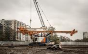 Sprzęt budowlany pracuje przy budowie POW na Ursynowie