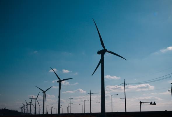 Szydło: Poprzednie przepisy dotyczące wiatraków szkodziły gospodarce